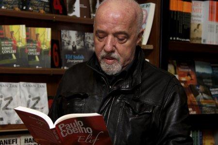 Paulo reading Elif - Marcos Borges