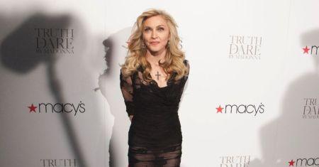"""A cantora Madonna, acredite, declarou ser """"O Alquimista"""", do brasileiro Paulo Coelho, um dos seus livros prediletos"""