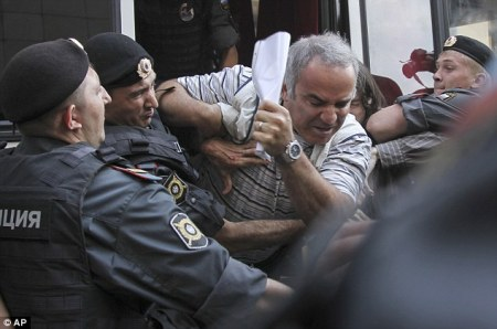 Garry Kasparov beaten by police outside Pussy Riot trial