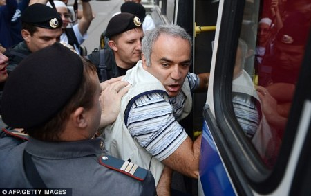 Garry Kasparov beaten by police outside Pussy Riot trial