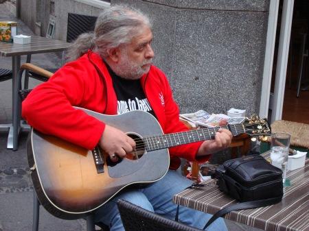Richard Smerin fuera del restaurante en Puerto de la Cruz