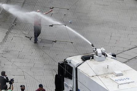 protester defies water cannon in Istanbul