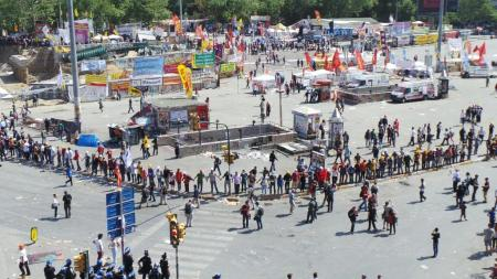 protesters form human chain to protect Gezim Park and edge of Taksim Square