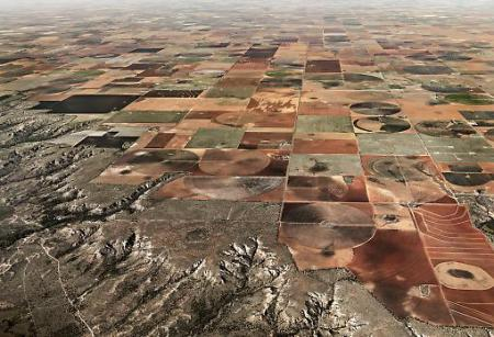 Waste land: large-scale irrigation strips nutrients from the soil, scars the landscape and could alter climactic conditions beyond repair. Image: Edward Burtynsky, courtesy Nicholas Metivier Gallery, Toronto/ Flowers, London, Pivot Irrigation #11 High Plains, Texas Panhandle, USA (2011)