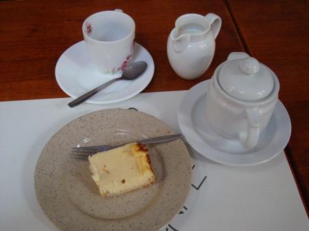tarta de queso con manzana y té