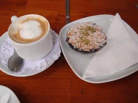 café con tartaleta con mermelada de fresa