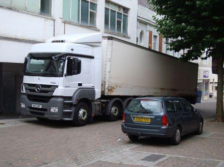 lorry in 'pedestriansied'  Union Street