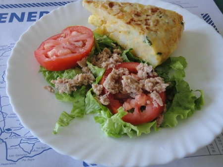 tortilla con ensalada tuna