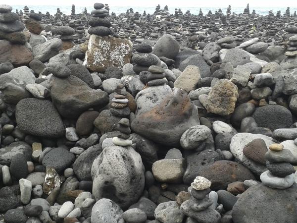 esculturas de piedras en Playa Jardín